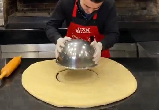 【笑】巨大ドーナツを作る1分間の動画が話題。こんなの食べてみたい!!