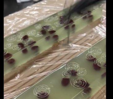 【和菓子】寒天に「波紋」をつける作業が凄い。ジュッっていう音が心地よい!