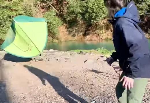 【w】「初心者のキャンプ」動画を撮影中のユーチューバーさん。飛びまくるテントが話題
