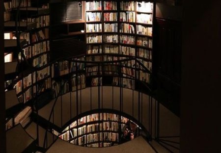 【書庫】有名建築家さんによる「車2台ぶんの土地に1万冊の本を納めるために建てられた家」が話題