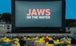 海に浮かべたゴムボートで鑑賞する「ジョーズ」が話題。臨場感すごそう!