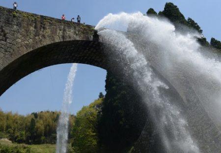 【迫力動画】江戸時代に農民らが作り、熊本地震で被災した石橋「通潤橋」、4年ぶり放水!