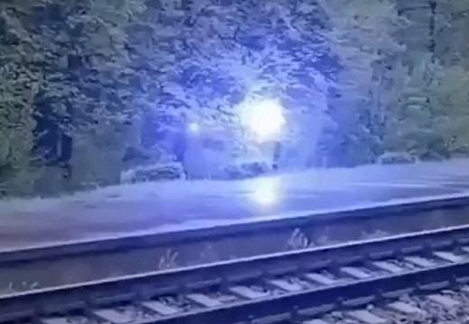 【衝撃映像】雷?!ビカビカしながら移動する光の動画が話題に