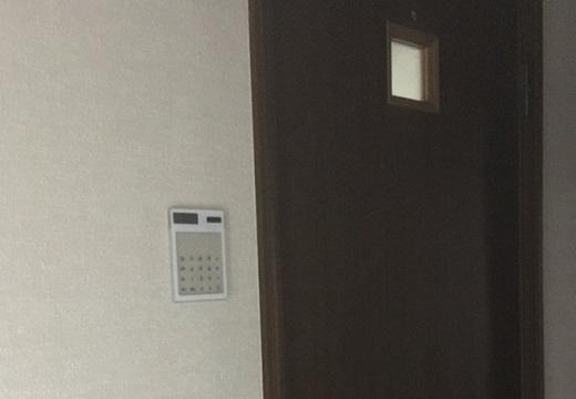 【w】ドアの横に電卓を貼りつけると・・暗証番号必須の部屋に見えると話題