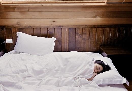 【2分で】誰でもできる睡眠導入法が話題。米軍も採用、習得すれば座ったままで