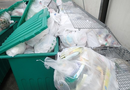 【画像】45Lゴミ袋の中から毛布にくるまれたペットが保護される