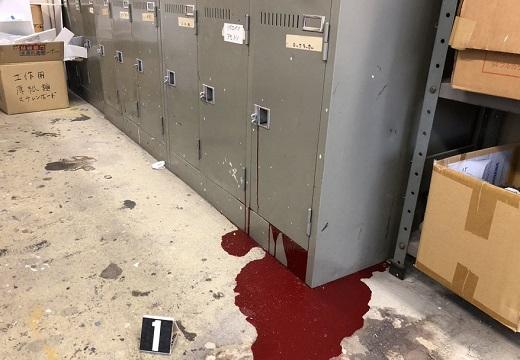 【怖】ロッカーの中で爆発し漏れ出すペンキがまるで事故現場w