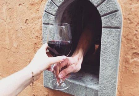 イタリア、ペスト大流行の時(1600年代)に使われた疾病対策「ワインの窓」が復活
