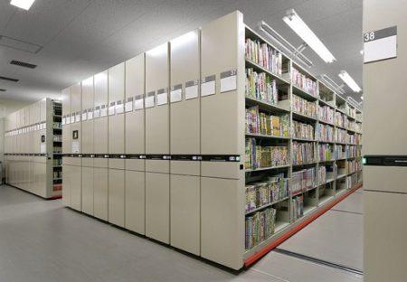 【すごい】図書館のスライド式本棚。間に挟まれそうになった時の対処法が話題
