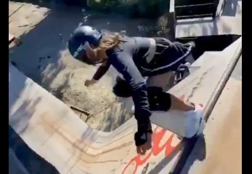 【天才】勇気を出して滑り降りる女児がすごすぎる!
