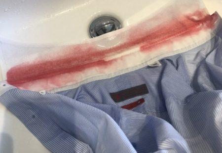 【ドキッ】真っ赤に染まったワイシャツの襟首・・その正体にネット騒然