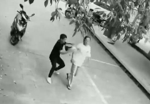 【爆笑w】バッグひったくりを試みた男、バイクを盗られる!