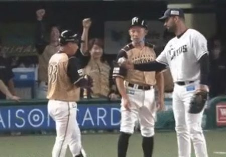【素敵】プロ初安打の樋口内野手を一塁塁上で祝福する西武メヒア選手、かっこいい