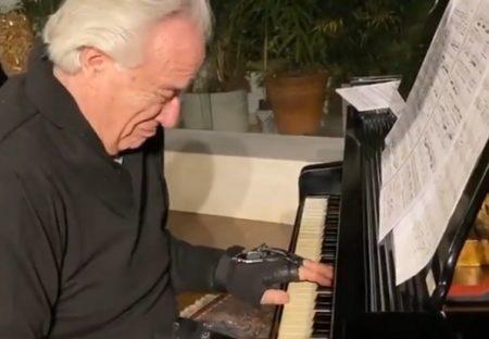 【泣いた】20年以上まえ手を負傷した天才ピアニスト、最新技術で演奏可能に