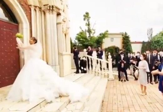 【感動的】花嫁さんが親友にサプライズ。映画みたいな展開にネット騒然!