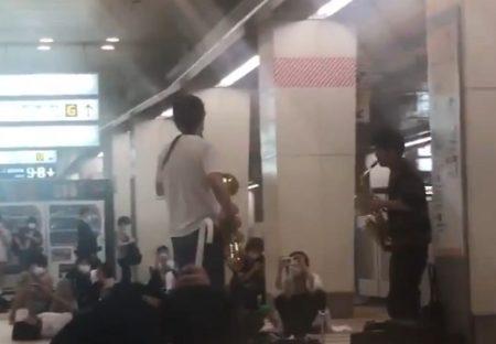 【かっこいい】人身事故で終電が大幅遅延の新宿駅。2人の音楽家が暗い空気を一掃
