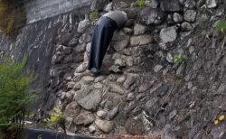 【w】抜けなくなった人の下半身にしか見えない石垣の風景が話題に