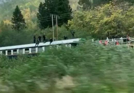 【凄い】「電車の上に人!?」→MI撮影中のトムクルーズが笑顔で手を振ってくれる
