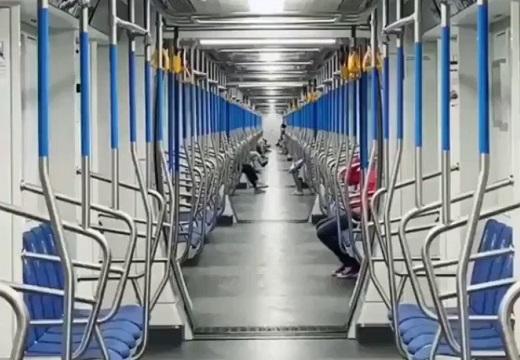 【凄い】貫通扉を開けて走行する電車。車内の様子がまるでSF