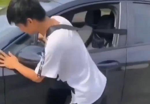 【目からうろこ】独りで車を押す時のライフハックが話題「すごい!」