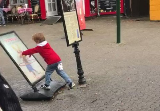 【w】めげない少年の動画が話題「ずっと見ちゃう」「立ちはだかるおじさんw」