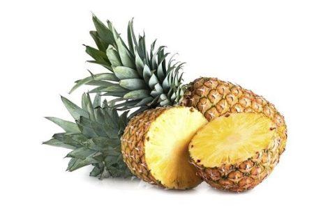 【目からうろこ】丸ごとのパイナップル、包丁なしでキレイに食べる方法がすごい!
