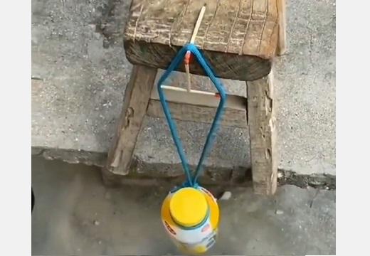 【!?】マッチ3本と紐でボトルを吊り下げる動画が話題「やってみたい!」