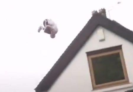 【パルクール】ブランコからジャンプし家を跳び越す男性の動画が話題