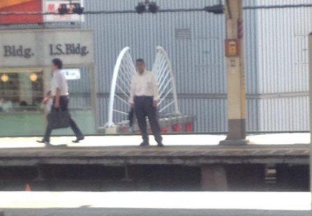 【w】東京の駅ホームに舞い降りたサラリーマンの姿をした天使が激写される