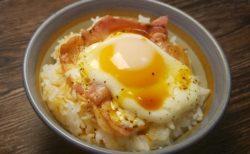 【確実においしい】人気料理研究家さん「レンジで作るベーコンエッグ丼」を公開!