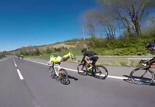 【爆笑】姿勢を変え漕がずに爆速になる自転車!バイクまで追い抜いてしまうw