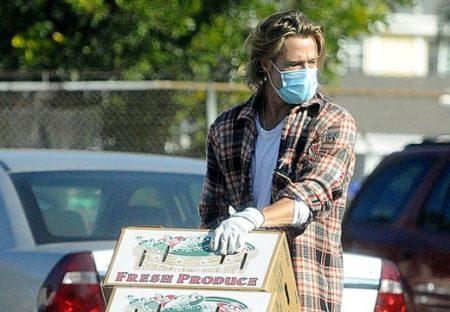 【かっこいい】ブラッドピットさん、デニムにマスク姿でボランティア活動