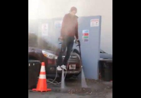 【爆笑】洗車場で偶然撮れたアイアンマン初浮上の場面が話題にw