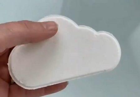 【実演】カラフルな虹が溶け出す雲の形の入浴剤が話題「すっごく綺麗!」