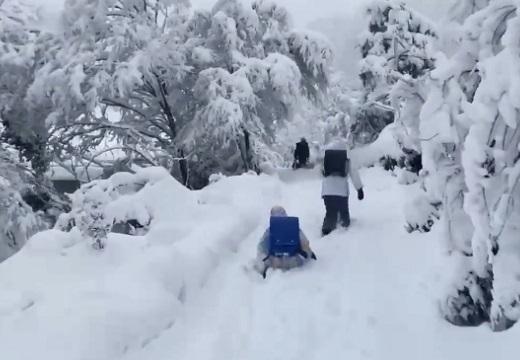 【大雪!】日本海側、小学生の通学風景にネット騒然「モンハンみたい・・」