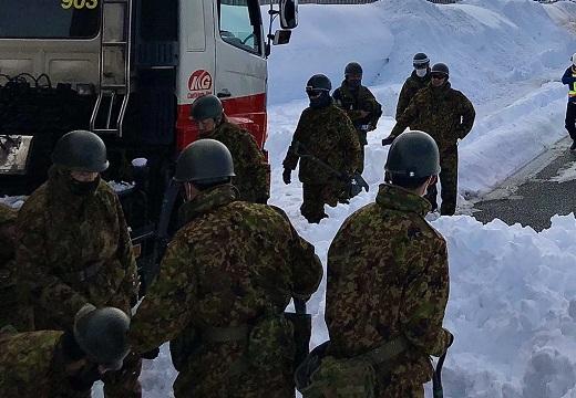 【画像】関越道立往生、徒歩で駆け付けた自衛隊がかっこいい・・・