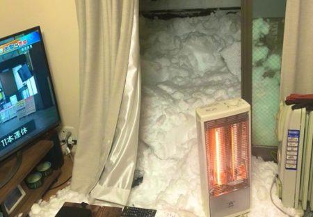 【記録的大雪】うっかり窓を開けたら、大量の雪が部屋へなだれ込み大惨事に!