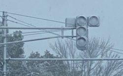 【衝撃画像】稼働中のLED信号機、雪でとんでもない状態に!