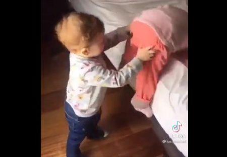【永久サイクル】助け合う幼児2人、可愛すぎる動画が話題に「久しぶりに笑ったw」