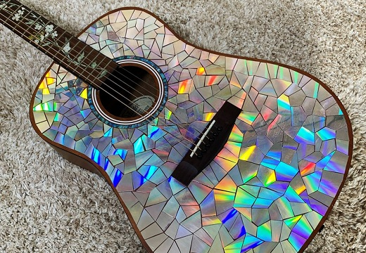 【リメイク】古いDVDをハサミで切ってギターに貼ったら・・「高級感すごい!」