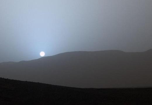 【青】2億キロ先、火星で撮影された夕焼けの写真。息をのむ美しさ