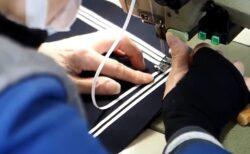 【神業】セーラー服の襟ラインを手作業で一気に縫い付ける熟練職人さんが話題に