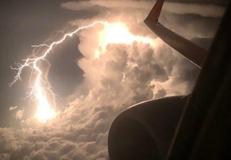 【怖】飛行機から激写された雷!!もの凄い!