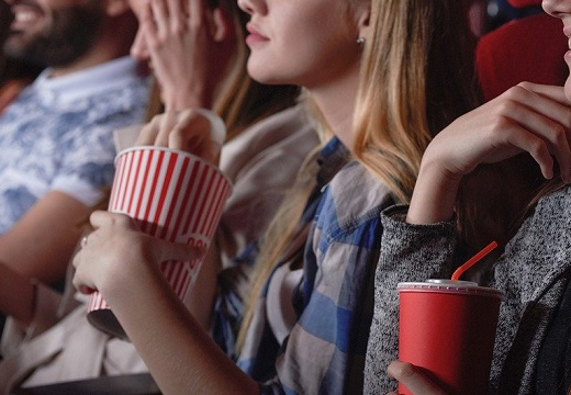 【びっくり】「映画館でポップコーン」が定番になった理由が話題にw