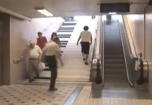 【♪】誰も使わないエスカレーターに並列する階段、音が鳴るようにしたら‥利用率が凄いことに