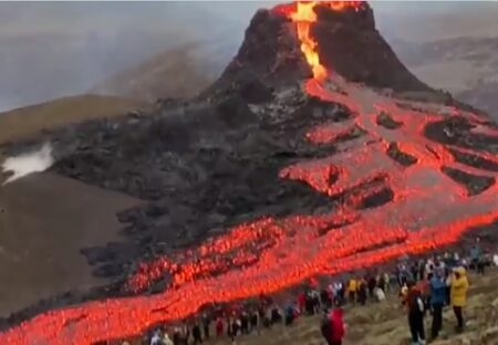 【!?】首都近郊で噴火したアイスランド、容赦なく進む溶岩を間近で見物する人達が話題にw