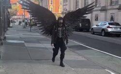 【!】大きく羽根を開きソーシャルディスタンスを保つ男性が話題にw