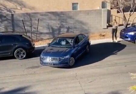 【爆笑】縦列駐車にアタフタする女性、別の女性の助けで無事駐車・・まさかの展開に!