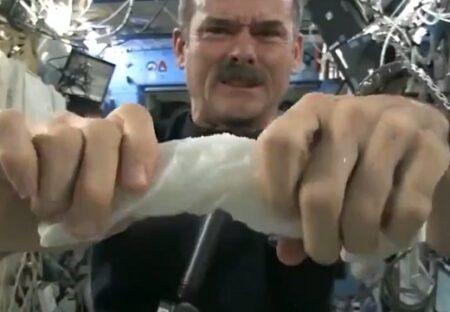 【ISS】「無重力空間で濡れたタオルを絞ると・・」意外すぎる結果にネット騒然!