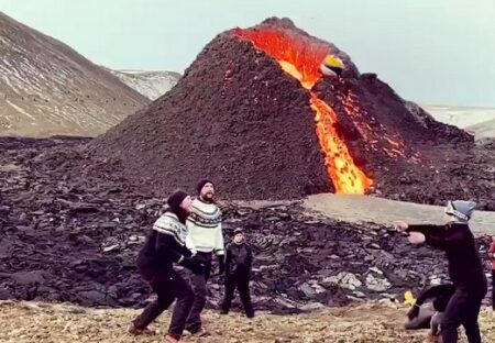 【動画】噴火&溶岩溢れまくってるすぐ傍でボール遊びを楽しむ人達が話題にw